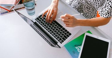 donna al computer che usa la tecnologia